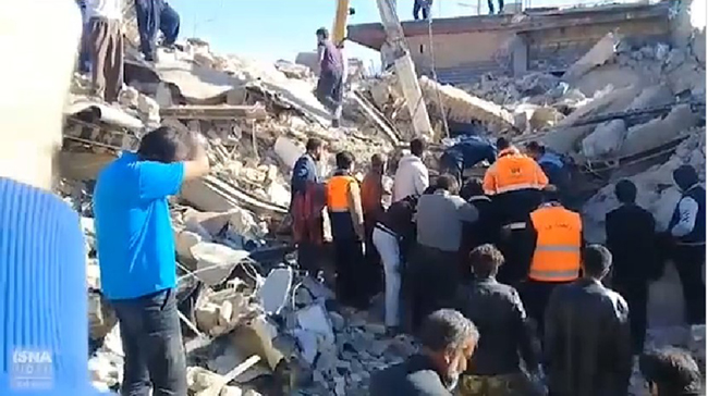 Iranian survivors of Nov. 12 earthquake at the border with Iraq begin digging through the rubble. (ISAN-CNN screen capture)