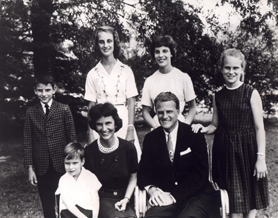 (1963) Billy Graham pictured with his wife and children. Standing left to right are Franklin, 10; Ann,14; Virginia, 17 (she weds shortly after this pic was taken); and Ruth, 12. Seated are Ned, 4; and husband and wife, Ruth and Billy Graham. Religion News Service file photo