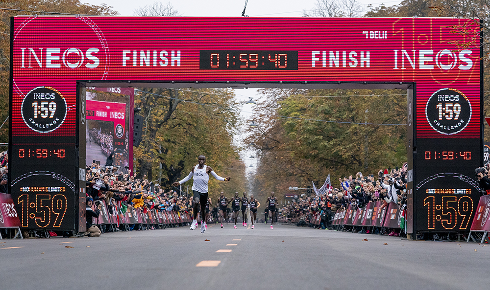 Eliud Kipchoge crosses finish line